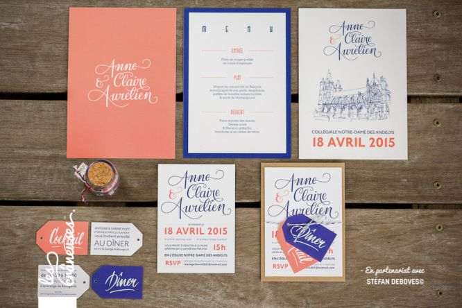 Faire-part de mariage bleu marine et corail. Calligraphie. Wedding invitation blue and pink. Lettering. Kraft. Réalisé par / Made by Les crâneuses - Wedding design.