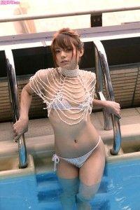 Tina Yuzuki Tina-Yuzuki-amazing-body-in-a-skimpy-bikini-sexy-waist-legs-pool-200x300