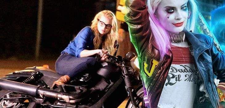 """Junto das fotos de Batman dentro do Batmóvel, novas fotos do set de esquadrão suicida saíram na internet! Desta vez temos Margot Robbie como """"Harleen Quinzel"""", novamente em sua motocicleta, confira! Antes dela e o Coringa (Jared Leto) saírem juntos por Gotham com o Batman atrás deles, Harley Quinn, ou Harleen Quinzel (Margot Robbie) fará …"""