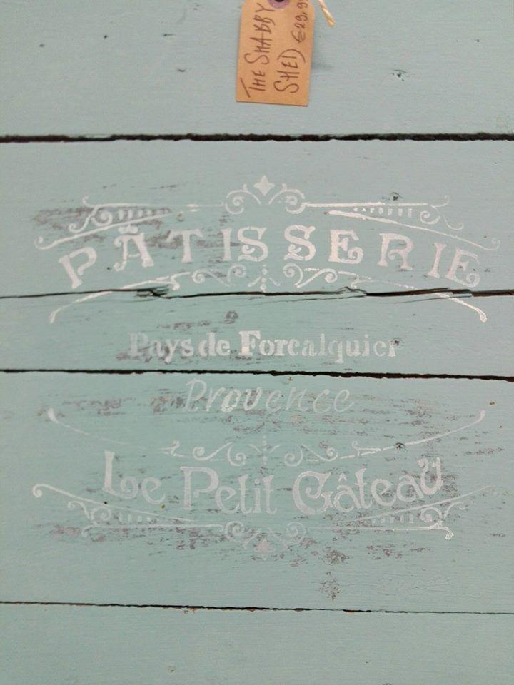 Een houten deurtje.met Chalk Paint® en verfsjabloon en voila :)