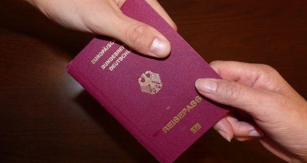 Kinder ausländischer Eltern durften bisher eine doppelte Staatsbürgerschaft besitzen, das war immer der Kompromiss mit der SPD, sagt Hasselfeldt. Prinzipiell lehne die CSU die doppelte Staatsbürgerschaft ab. Die SPD lehnt dafür wieder die Abschaffung des Doppelpass-Gesetzes ab. Unverständnis bei Barley.