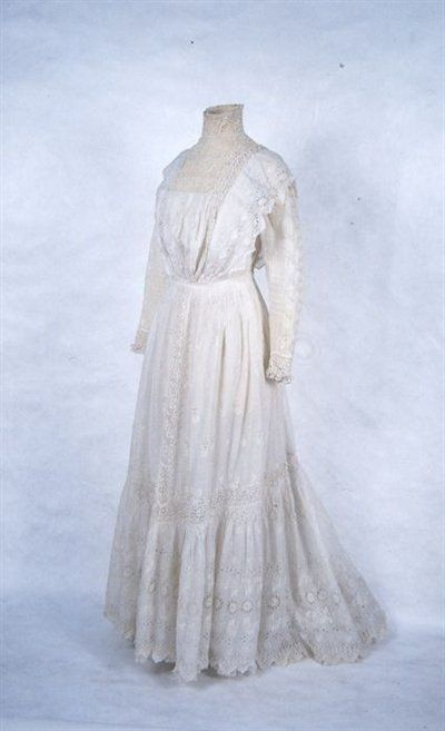 White batiste day dress with broderie anglaise and lace for Decoration anglaise