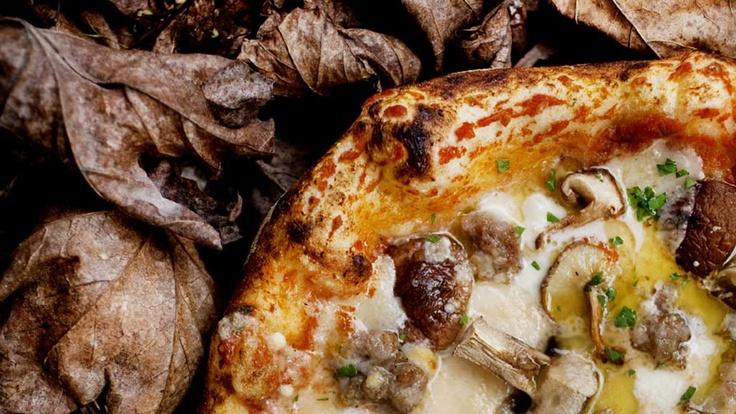 """Cacciatore. En pizza med pølsedeig, sesongens sopp og parmesan. Foto: Agnete Brun © Fra boken """"Pizza Paradiso"""""""
