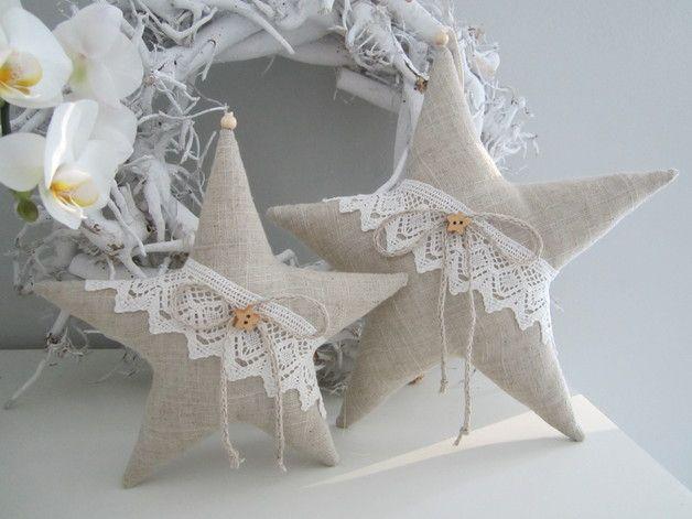 *Stern klein*  Hier habe ich zwei Weihnachtssterne aus Leinen genäht und sie mit Klöppelspitze, Leinenkordel und einem Holzknopf verziert. Besonders schön sehen sie im Set aus. Aufhängeband: Kordel...