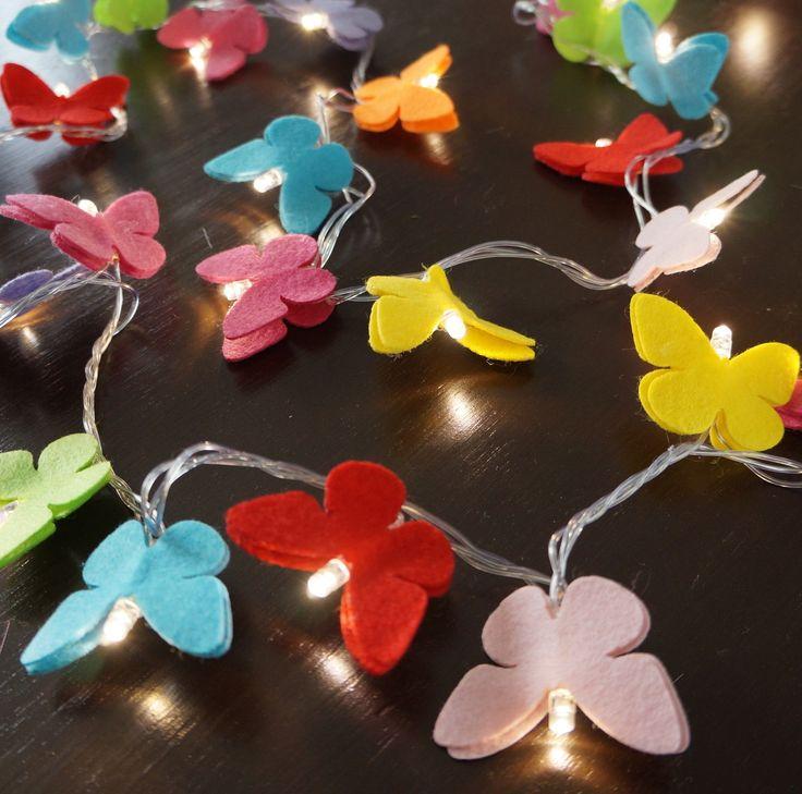 O quarto da sua filha, seu lavabo, seu espelho, sua escada...deixe-os com uma decoração exclusiva e moderna com o cordão luminoso de LED, ou luz de fada como é carinhosamente chamada.  Com 50 borboletas coloridas deixará sua casa ainda mais charmosa.    Comprimento = 3,6m  127v ou 220v - informe ...