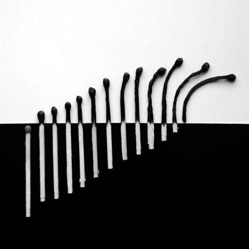 Composition graphique en noir et blanc avec des allumettes.