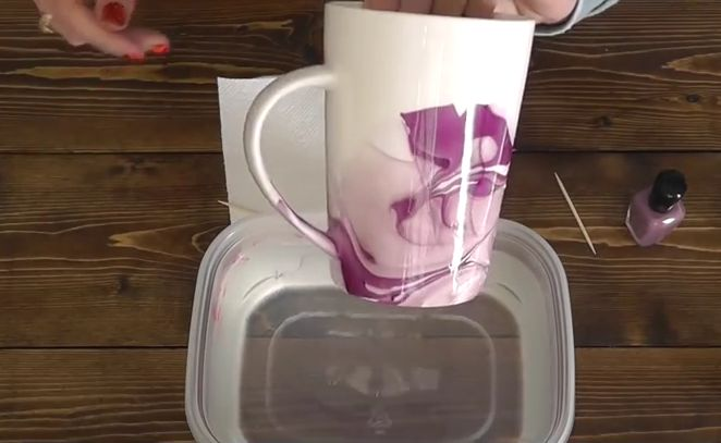 Ze mixt nagellak en water. Wat ze daarna doet? Wauw, Zo LEUK! http://www.zelfmaakideetjes.nl/decoratie/ze-mixt-nagellak-en-water-wat-ze-daarna-doet-wauw-zo-leuk/5664/6/