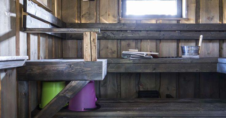Aurassa, viljapellon laidalla seisoo saunamökki, jonka piipusta leijailee kutsuva savukiekura. Kierrätys oli kantava voima rakennusaikana.