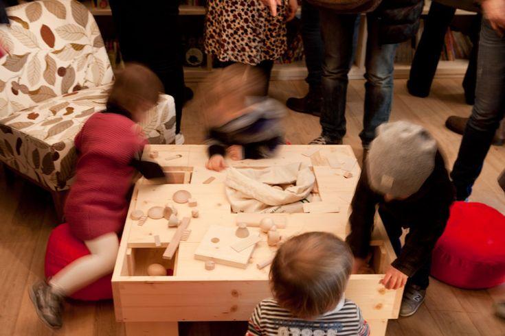 Radice Labirinto, libreria per l'infanzia. Paesaggio, tavolo ludico in legno certificato. Madori design, architettura naturale