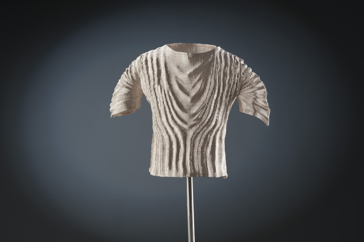 """""""Dressing Forethought""""  Stratos Kantzelis (GR)  Zilver, koper, roestvrij staal  2012  Foto: Rob Glastra  © Nederlands Zilvermuseum Schoonhoven"""