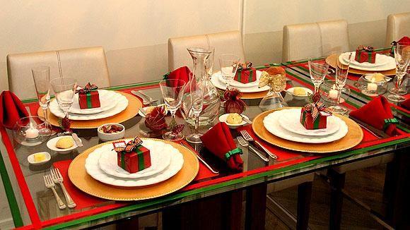 Como decorar a mesa para o Natal. Com o Natal batendo à porta, começa a correria para comprar os presentes de natal, montar a árvore de natal, decorar a casa e convidar a família para a ceia de natal. A ceia de Natal é, sem dúvida, um...