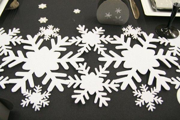 Très original, ce chemin de table est composé de flocons de neige, de différentes tailles, collés les uns aux autres !