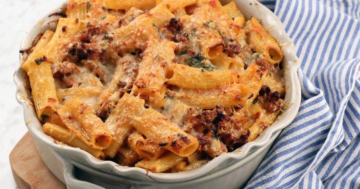 Rigatoni al forno - Lisa Lemke bjuder på en försvinnande god pastagratäng med fläskfärs, tomat, basilika och mycket ost. Servera med en stor grönsallad. Minst lika god i matlådan dagen efter.