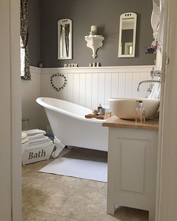 Bath Bathroom Dark Gray Walls With White Badkamer Met Lambrisering Muur Natuurtinten Badkamer Ideeen Country Bathroom Decor Bathroom Makeover
