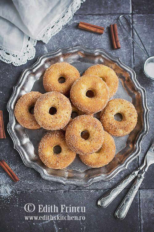 - Oven baked doughnuts with butter cinnamon glaze -  Gogosi coapte la cuptor, mai sanatoase si la fel de delicioase ca si cele prajite, acoperite cu o glazura din unt topit, zahar si scortisoara.