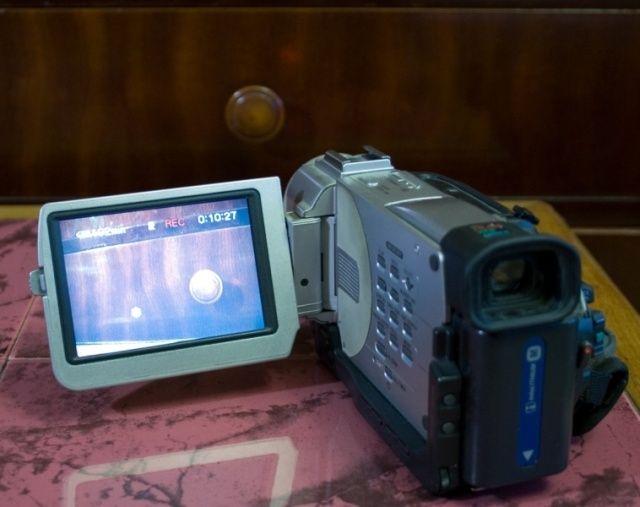 vand camera mica dv, model destul de vechi tip trv11e  nu are incarcator, acumulatorul tine foarte putin  pret 100lei  este camera din poza