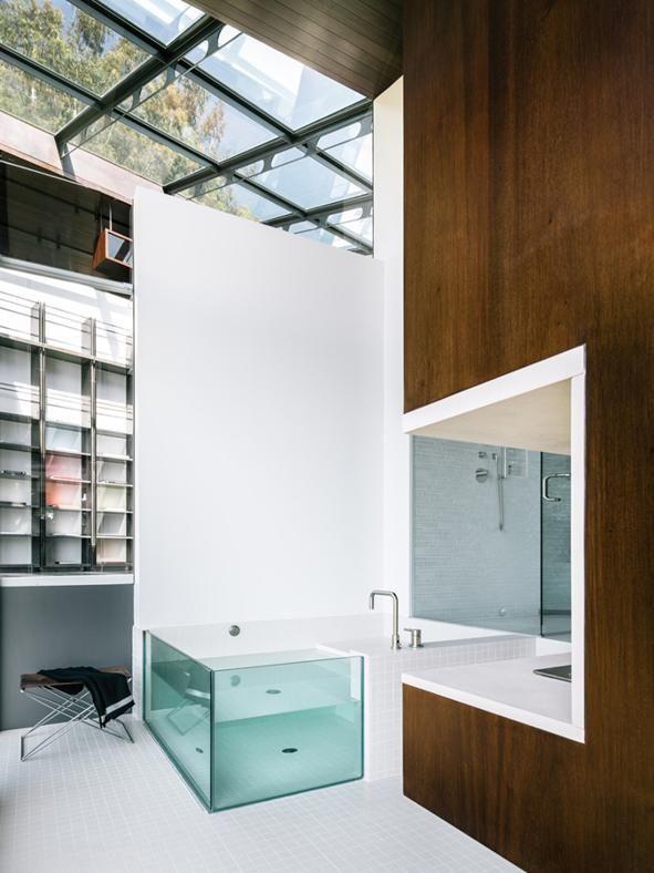 VILLA SULL'OCEANO IN CALIFORNIA: BAGNO MINI SPA Un'area dedicata al relax, la spaziosa toilette con vasca da bagno che termina in una sezione vetrata, riprende il tema della trasparenza che guida l'intero progetto. Anche il bagno gode della luce naturale che entra dal soffitto vetrato.