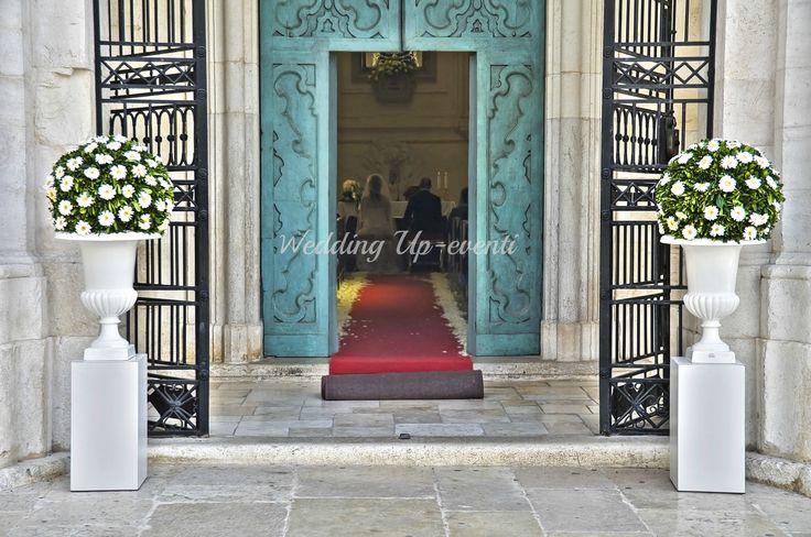 L'ingresso, bossi e rose bianche