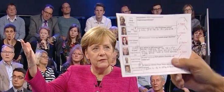 ZDF-Moderator hält aus versehen eine Liste mit Fragestellern in die Kamera.