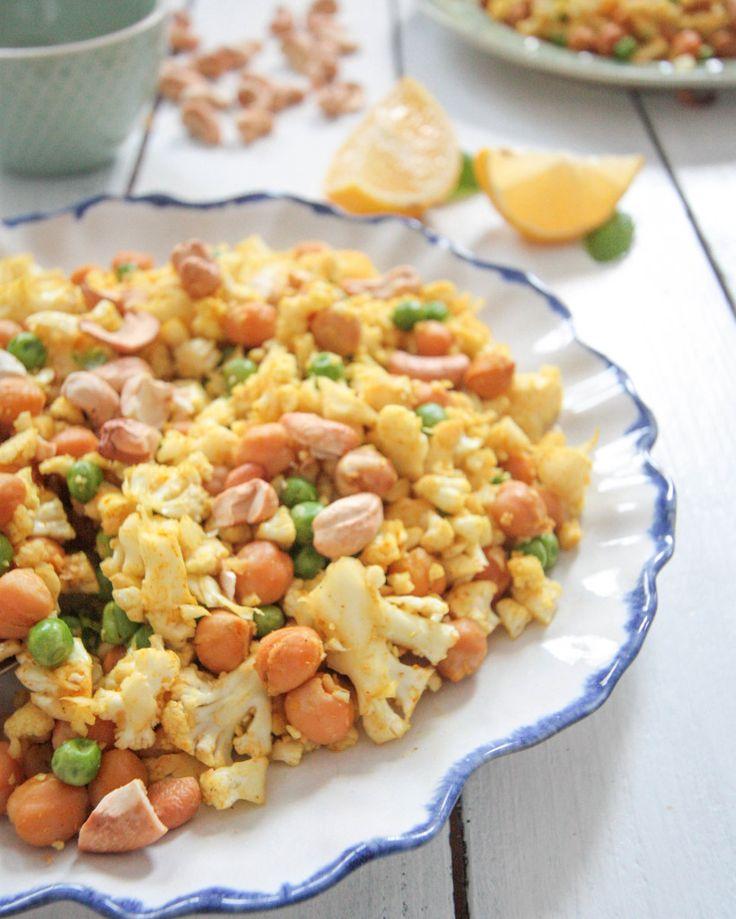 """Blumenkohl-""""Reis""""pfanne mit gerösteten Kichererbsen und Cashewkernen"""