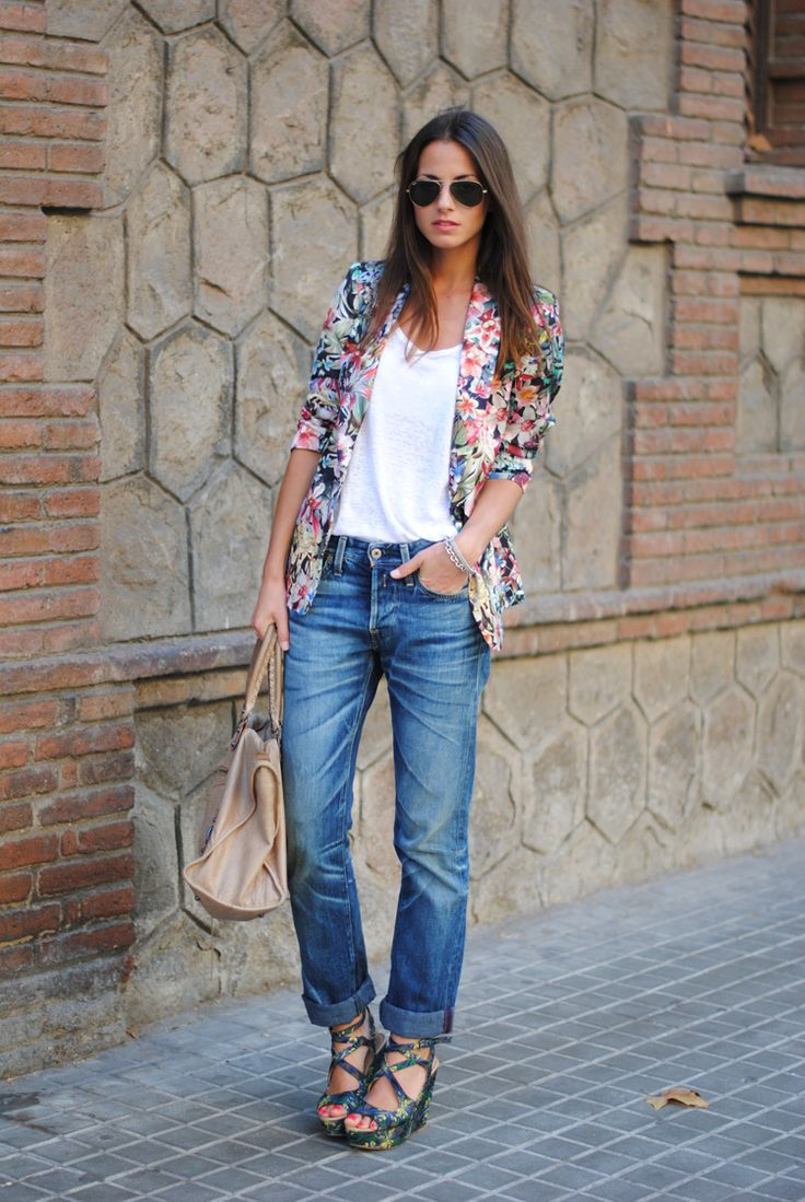 Floral prints have grown into a new trend this season and right now we are currently loving the floral printed blazer!