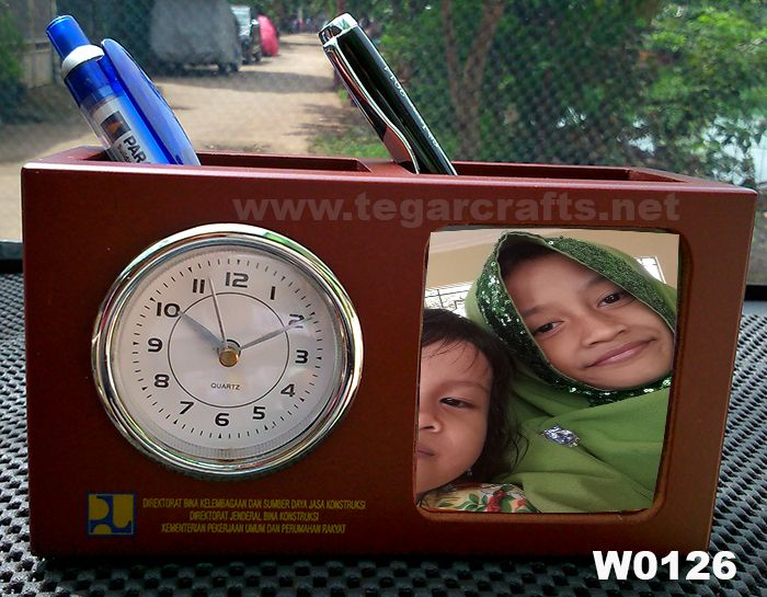 Three functions in one thing: photo frame, clock and pen holder, photos of the people closest to you will always look to increase the determination and motivation to work. Ideal to be used as a promotional gimmick government, ministries and private companies. As shown above a wooden photo frame type W0126 oordered by Direktorat Bina Kelembagaan Dan Sumber Daya Jasa Konstruksi Direktorat Jenderal Bina Konstruksi Kementerian Pekerjaan Umum Dan Perumahan Rakyat, Jakarta.