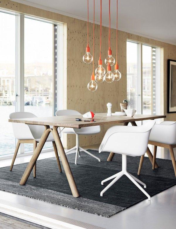 Du kannst einen Raum auflockern, indem Du statt einer Lampe einfach mehrere Glühbirnen mit einer buten Fassung aufhängst.