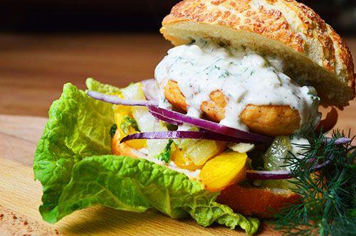 Lekkere zalmburger met frisse dillesaus! Erg lekker en weer eens wat anders dan het standaard broodje hamburger. Yummie!
