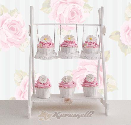 Delicado y original stand para cupcakes con forma de - Como decorar un bar ...