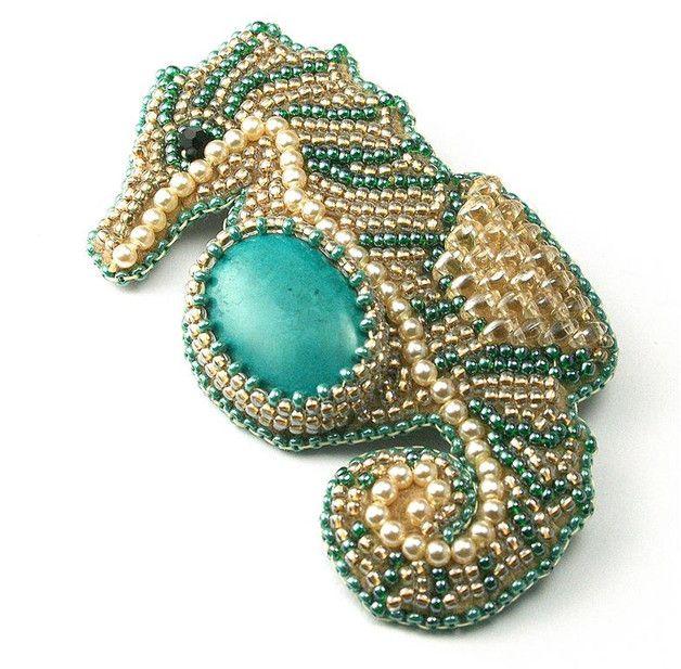 Oryginalna broszka, jedyny egzemplarz wykonany ręcznie metodą haftu koralikowego (bead embroidery).  Materiał: howlit turkusowy, szkło toho, szkło Miyuki, kryształki Swarovskiego, szklane...