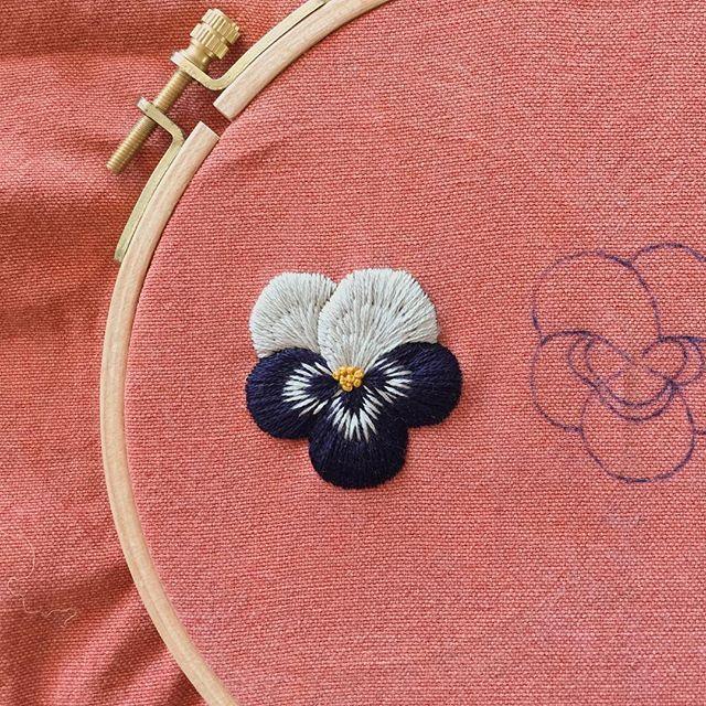 또 팬지꽃  긴가민가했는데 색이 잘어울리네요 . #embroidery #needlework #자수 #프랑스자수 #서양자수 #스티치 #취미 #린넨 #tadaboo_embroidery