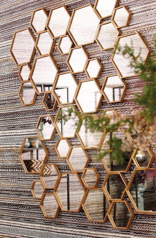 Spiegeltje spiegeltje aan de wand, Scandinavische spiegel Divided Mirror met honingraat design is toch echt wel de must-have van het land. // Goossens @ Villa ArenA
