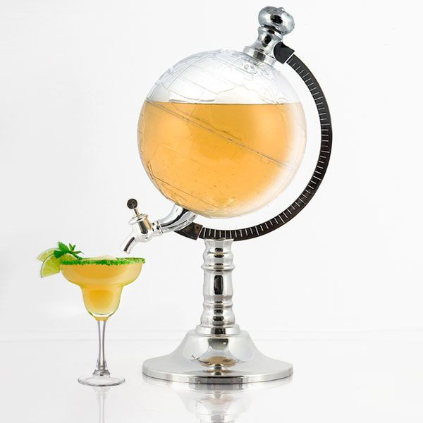 Ce distributeur de boisson imitant un globe terrestre s'avérera idéal pour servir facilement toutes sortes de boisson : cocktail, bière, etc lors de vos apéritif apero. Vous n'aurez qu'à le remplir de la boisson de votre choix et actionner la manivelle. En plastique. Contenance : 1,5 l. Dimensions approx. : 16 x 31 x 20 cm. Inclut un embout pour faciliter le remplissage.