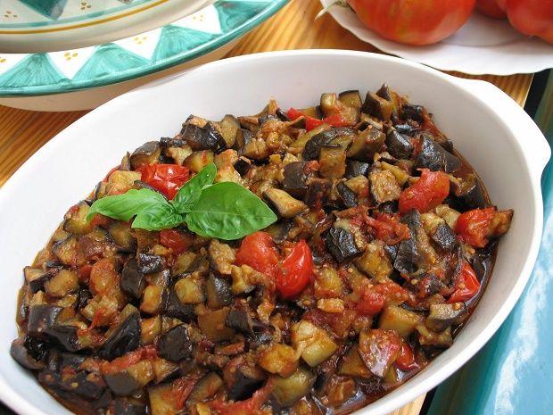 La melanzana, ortaggio tipico dell'estate, si presta molto bene a diverse preparazioni in cucina: può essere impiegata per condire un primo, può essere un ...