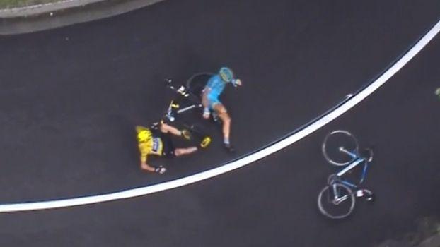 Dono da camisa amarela, Chris Froome cai e pega bicicleta do companheiro para continuar