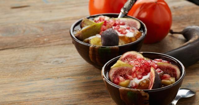 Kaki met rijpe banaan, vijgen, yoghurt en granaatappel - Recept | VTM Koken