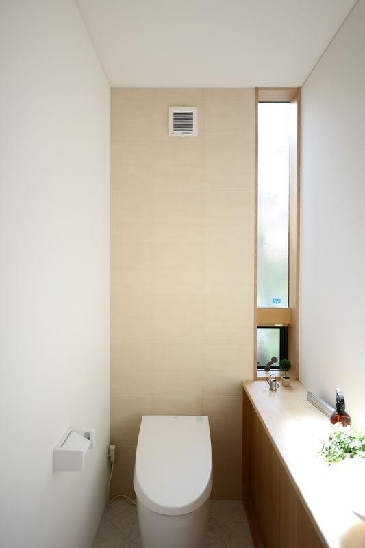 光が差し込む袖のスリット窓。アクセントウォールはLIXILエコカラットタイル。ネオレスト タンクレストイレ|TOTO