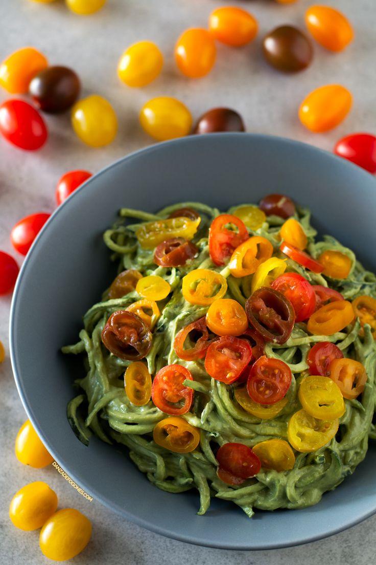 Esta receta de espaguetis de calabacín con salsa de aguacate se prepara en menos de 10 minutos, es ligera, sana y muy nutritiva.