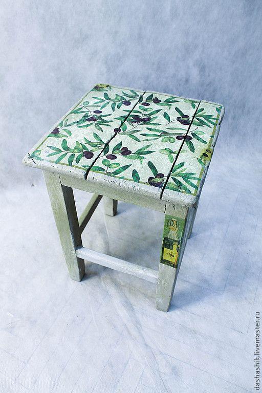 Табуретка выполнена в оливковом цвете, с переплетениями оливковых веток на сидушке,на ножках - бутылки оливкового масла. Работа выложена для примера можно сделать такую же, либо в другом дизайне по вашему желанию.