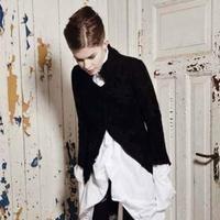 Meget elegant, asymmetrisk, cardigan / jakke i 100% islandsk uld, med flotte detaljer.      Jakken knappes skråt henover brystet. Flotte flæser, løber ned langs den ene side og om på bagsiden. Samme type flæser ved halsen, der står op og giver jakken et dramatisk look.