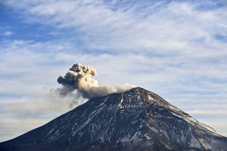 El volcán Popocatépetl lanza cenizas en el centro de México