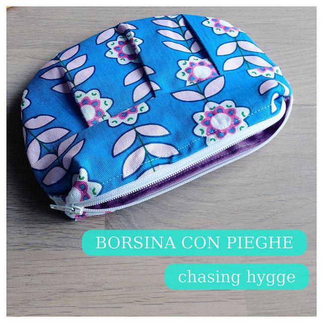 A fabric zippered pochette made with scrap fabric // Una bustina portatrucco con cerniera