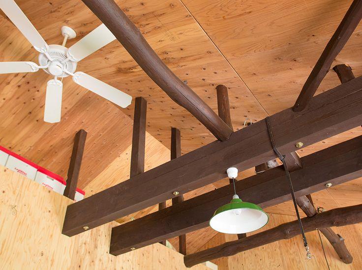 壁の構造用合板は自分で張り、梁の塗装も自身で。「天井の合板は梁が出ている部分の穴開けなどが難しかったので、大工さんにお願いしました」