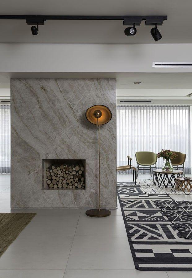 A lareira foi revestida em quartzo Taj Mahal. Luminária Cantante, assinada pela designer Claudia Moreira Salles, à venda na Etel (Foto: Evelyn Muller/Projeto Sertões/Divulgação)