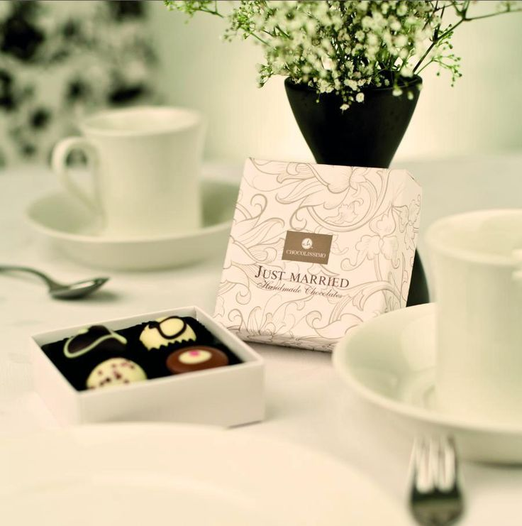 Just Married - białe pudełeczko na cztery ręcznie robione czekoladki. Idealny upominek dla gości weselnych. / Gifts for wedding guests / #chocolate #chocolissimo #wedding