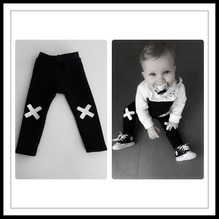 * Monochroom - zwarte skinny broek met witte X op de knie* vanaf € 9,50
