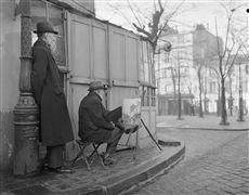 Montmartre, place du Tertre au débouché de la rue Saint-Eleuthère, vers la rue Norvins. Paris (XVIIIème arr.). Photographie de René Giton dit René-Jacques (1908-2003). Bibliothèque historique de la Ville de Paris.