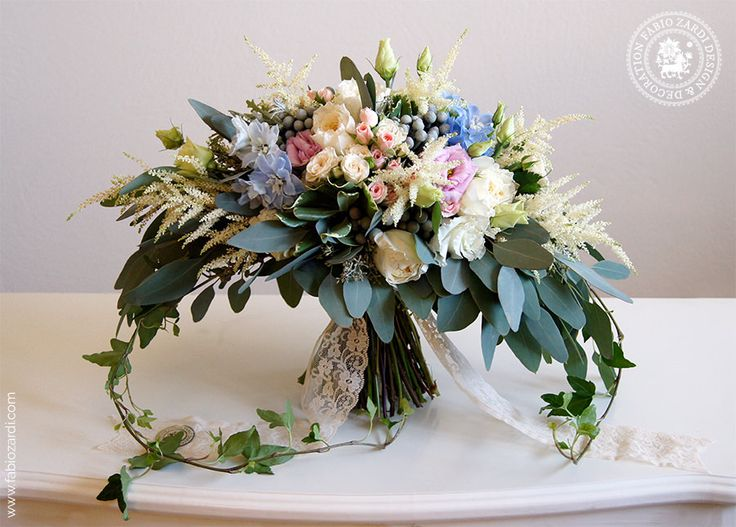 Fabio made this bouquet for a Russian bride getting married at San Antonio hotel in Imerovigli. The look is very romantic and many elements recall a boho s