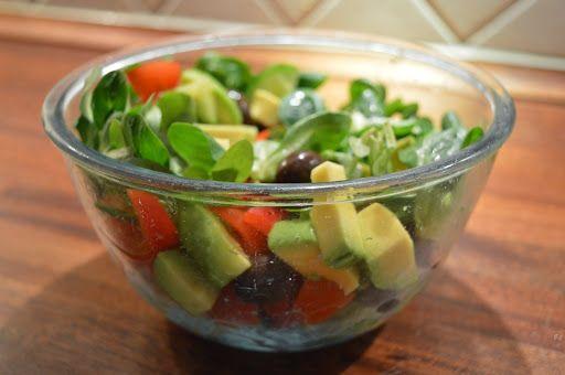 1/2 avocado2 maini de valeriana6-8 rosii cherry taiate in 41/4 castravete1/4 ardei gras rosuzeama de la un sfert de lamaie