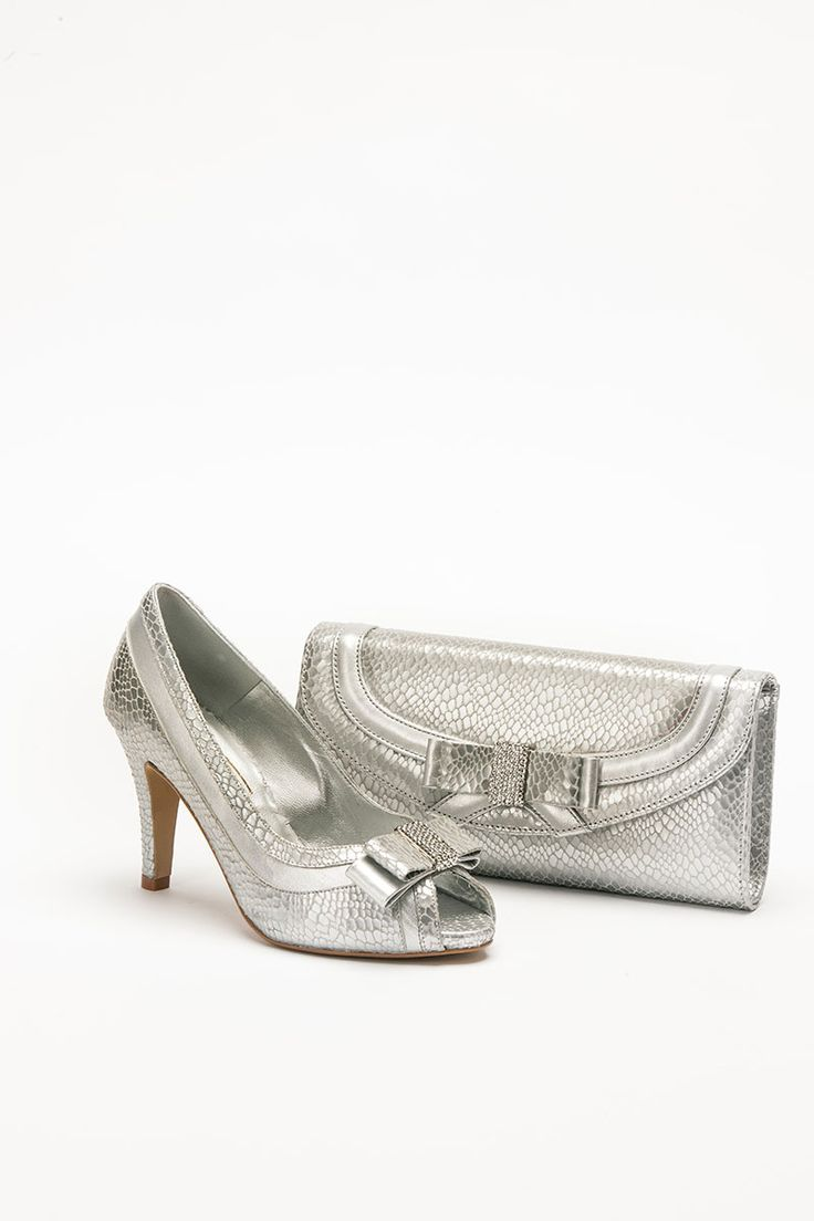 Mid heel height silver shoe with snakeskin print and matching bag. Product code – GS45H Colour – Silver